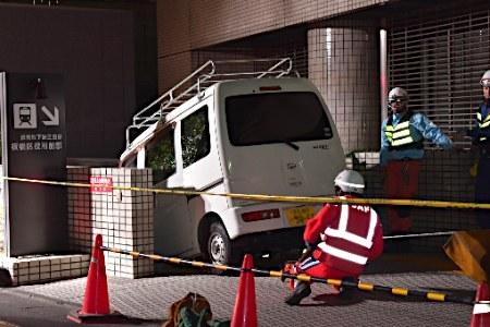 都営地下鉄三田線・板橋区役所前駅の入口に軽自動車がはまる 軽の50代運転手「区役所の駐車場入口と勘違いしてしまった」