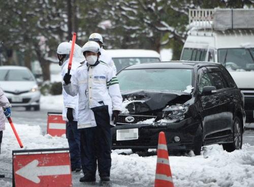 雪で立ち往生の車に罰金=チェーン装着を促進―国交省検討