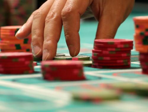 カジノ法案成立の公算 ギャンブル依存「怖い」 経験男性「家族めちゃくちゃに」