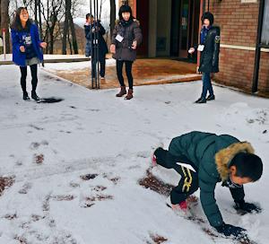 雪で転倒する子供