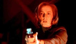 銃を構えるスカリー