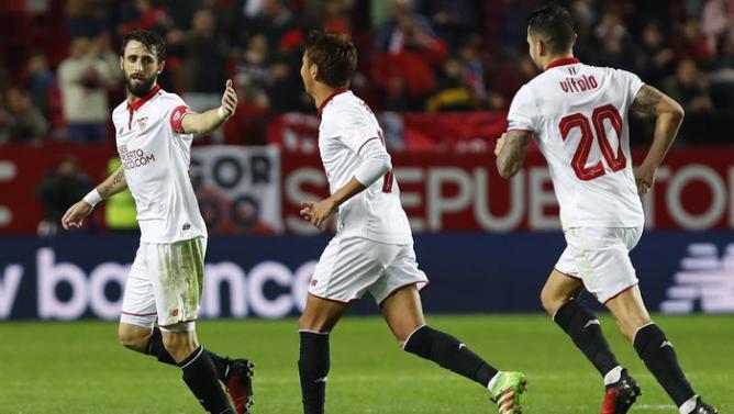 El defensa argentino del Sevilla, Nicolás Pareja (i), celebra con sus compañeros kiyotake