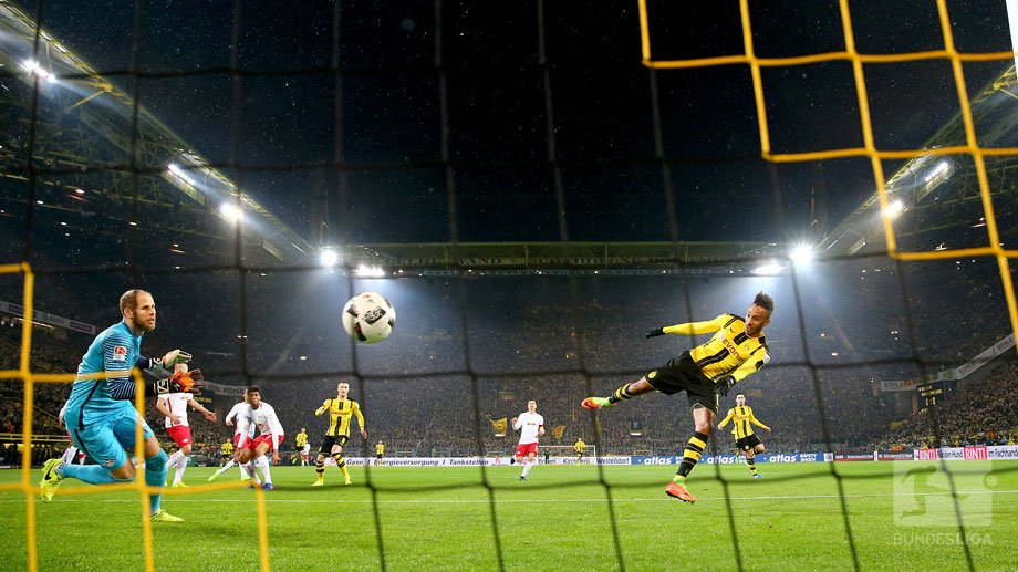 The moment @Aubameyang7 headed @BVB in to the lead #BVBRBL 1-0