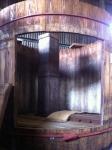 160903 (72)山川醸造たまり醤油_木桶の内部