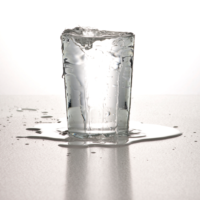 コップ 水 溢れる