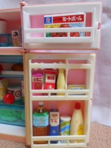 冷蔵庫とリカちゃんたち 003