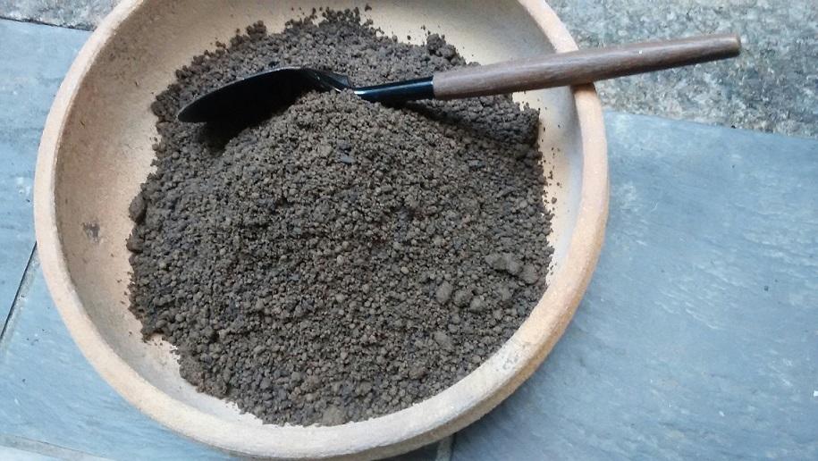 茶室炉の灰へ(薪ストーブ排出物)