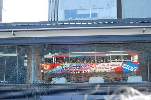 窓に映るバス