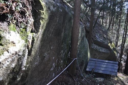 岩塚巨石降りる