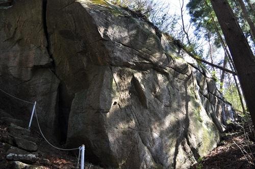 岩塚巨石8