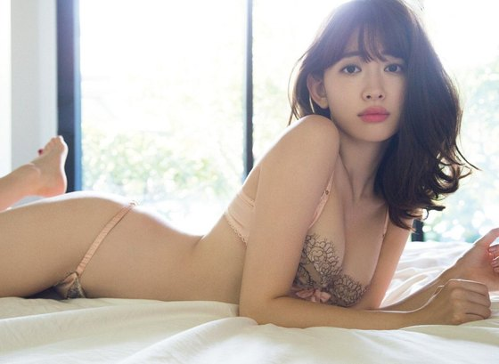 小嶋陽菜 フライデー写真集の下着姿Dカップ谷間グラビア 画像29枚 1