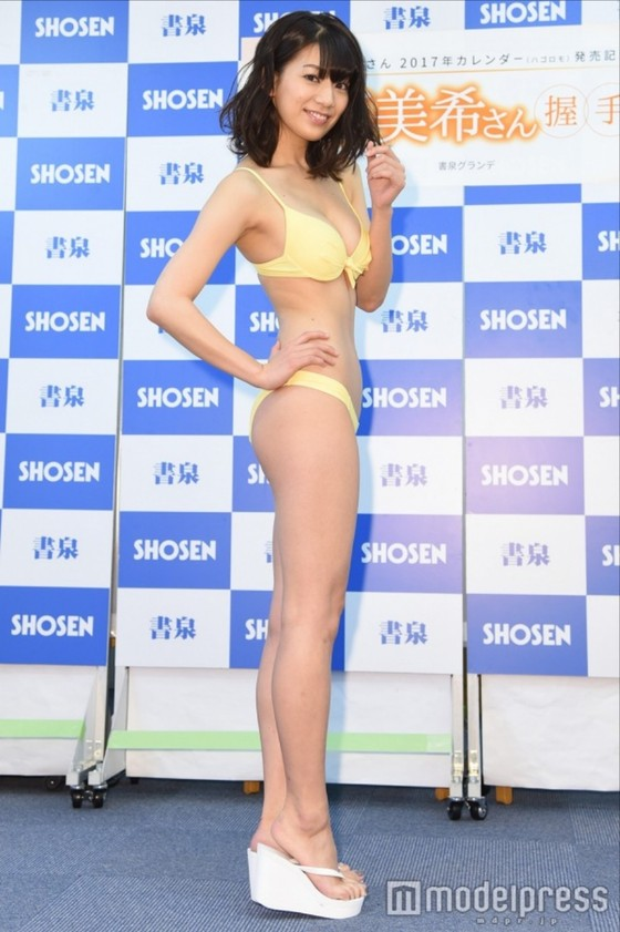 佐藤美希 カレンダー販促イベントの水着姿Fカップ谷間 画像30枚 11