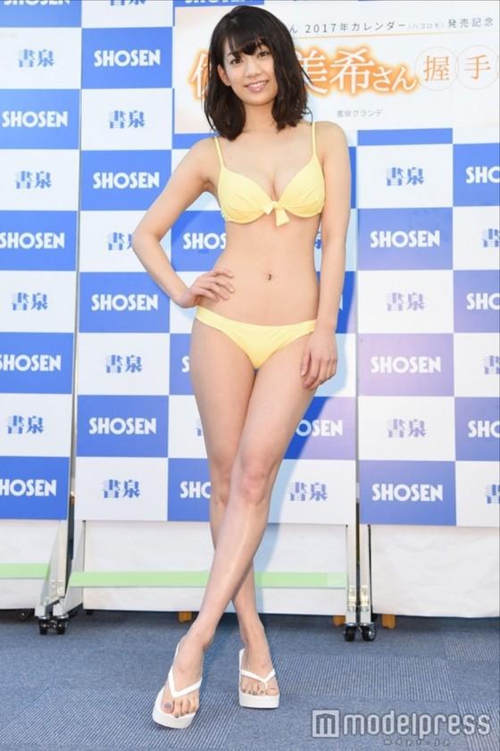 佐藤美希 カレンダー販促イベントの水着姿Fカップ谷間 画像30枚 12