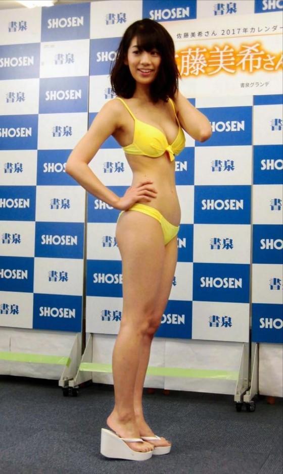 佐藤美希 カレンダー販促イベントの水着姿Fカップ谷間 画像30枚 29