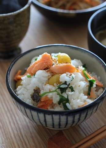 塩サケと銀杏とセリの炊き込みご飯