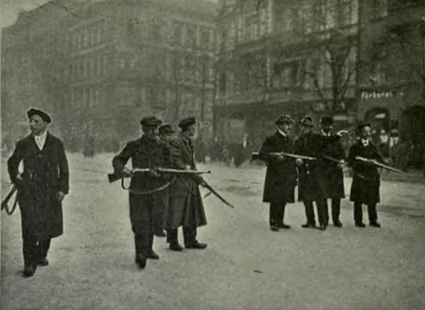 ベルリン市内で武装したスパルタクス団員(1919年)