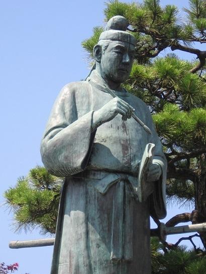 富山県高岡市の高岡駅前広場の大伴家持像