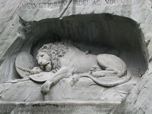 ルツェルンのライオン像。スイス人の忠誠心と勇気、フルール・ド・リス、背に矢が刺さって負傷したライオンのため、フランス王ルイ16世への忠誠を尽くしてテュイルリー宮殿で命を落としたスイス人への追憶をこめて。1819年、デンマーク人彫刻家ベルテル・トルヴァルドセン、彼らの犠牲を記念してこの記念碑を刻む。