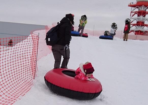 雪まつり チューブで運ばれる