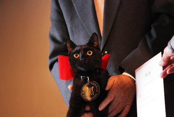 館内で行われた任命式では館長さんから辞令とメダルを授与した黒の助君2