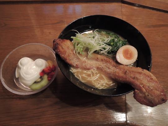 ブラックペッパーポーク麺(1180円)+杏仁豆腐(380円)