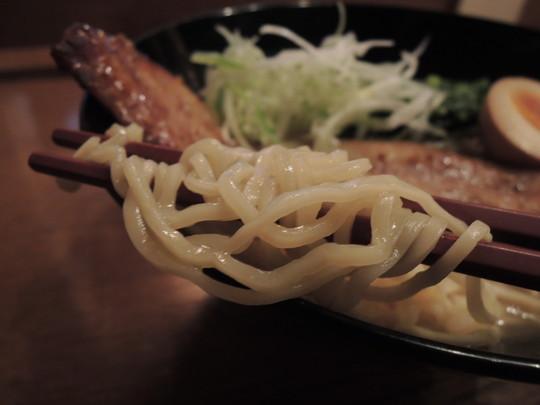 ブラックペッパーポーク麺の麺