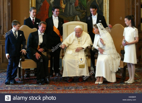pope-john-paul-ii-poses-with-the-dukes-of-luxemburg-henri-and-maria-H0XBKR.jpg