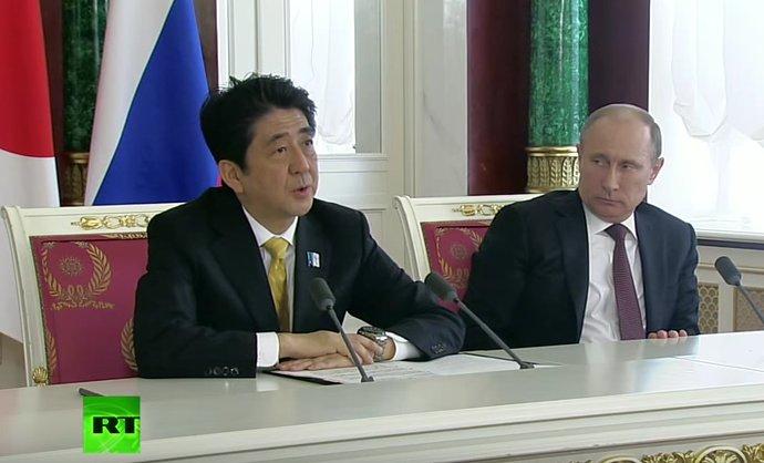 何度も手元原稿を確認している安倍首相とプーチン大統領の図