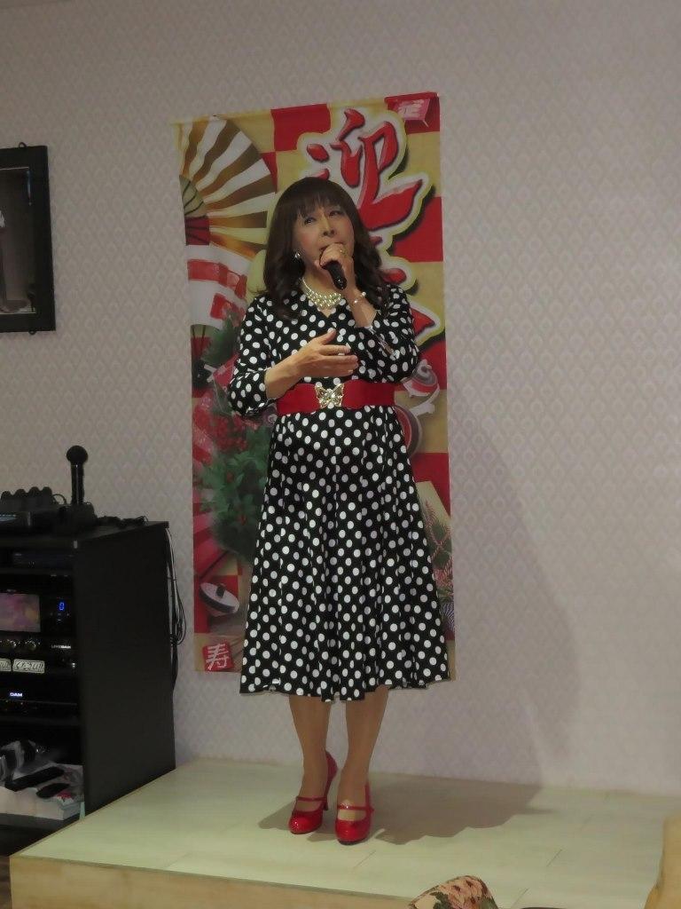 黒地に白ドットワンピカラオケ(4)