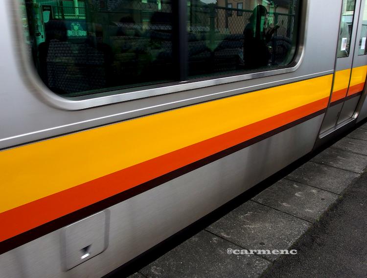 電車到着映り込み
