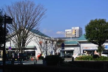 駅舎の向こうに富士山