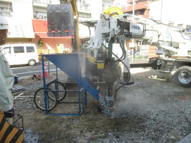 砕石充填・転圧作業