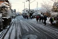 雪で滑りやすい道路