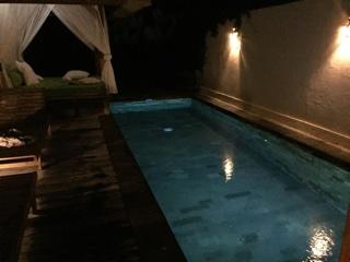 夜のプライベートプール