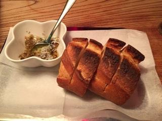 お通しのパンとしらすのガーリックオイル漬