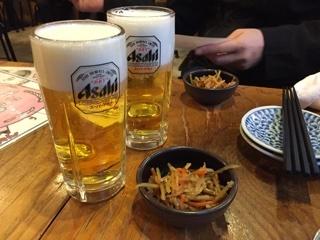 生ビールと小鉢(きんぴらごぼう)