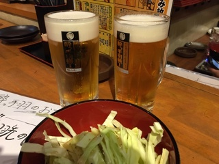 飲み放題のビールとお通しのキャベツ