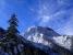 青空にそびえる阿弥陀岳。