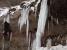 危険!気温の上昇で崩落寸前の氷柱も。