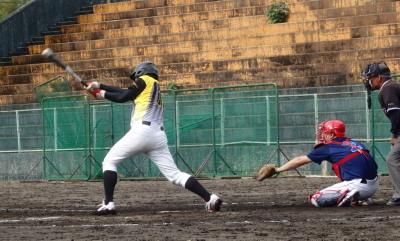 PB204907 4回裏B連2死二、三塁から6番桂が左前2点打を放ち同点とする