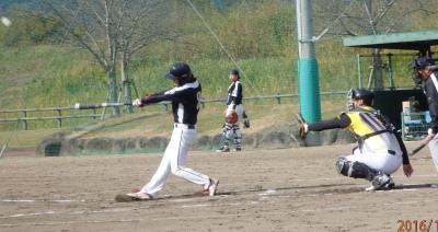 PC034948マーフィーズ3回表2死一、三塁から2番米澤が右越えエンタイトル二塁打を放ち1点先制