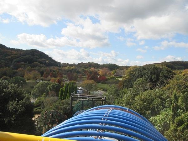滑り台からのへそ公園