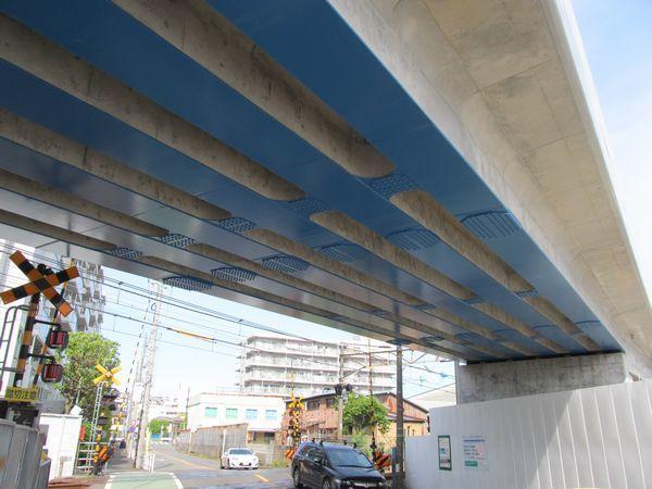 高架橋の高さが特に低いところは薄い桁が採用されている。