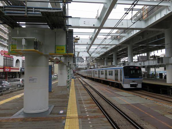 上りホーム上にも橋脚が建ち始めた星川駅