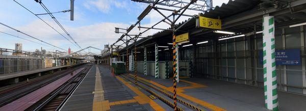 高架化後に使用する新ホームに切り替えられた天王町駅下りホーム。今立っている場所は新しい下り線の線路敷になる。