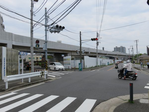 相鉄線に並行する市道から建設中の高架橋を見る。