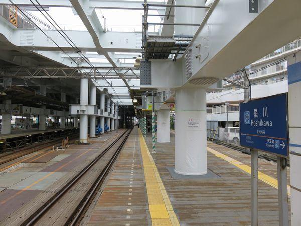 星川駅構内では上り線側でも橋脚を立てる工事が開始された。