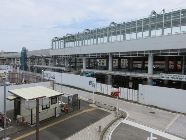 星川SFビル2階のデッキから見た工事中の高架駅。2014年にホームまで完成しており変化はない。