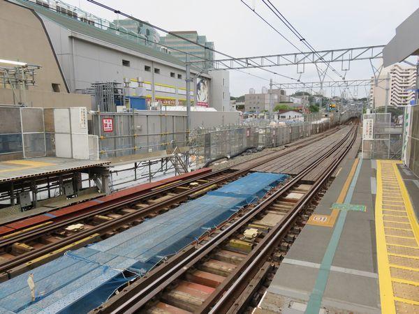 天王町駅ホーム端から星川方面を見る。下りホームの裏手で新しい高架橋の建設が進む。