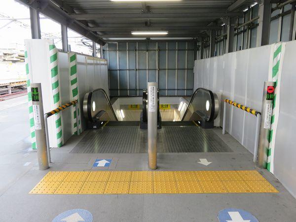 天王町駅下り線新ホーム上にはエスカレータが設置された。